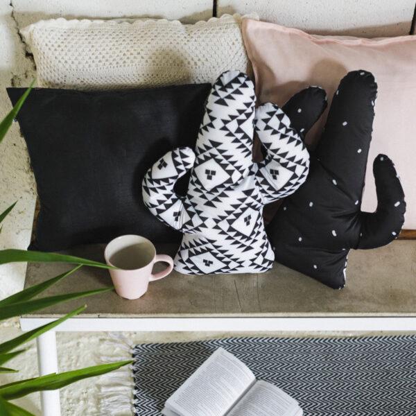 jastuk u obliku kaktusa sa etno šarom