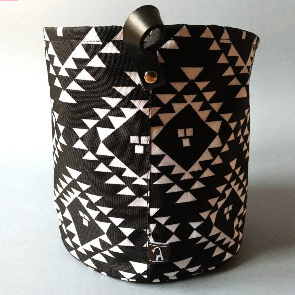 tekstilna korpca crno bela sa ornamentom