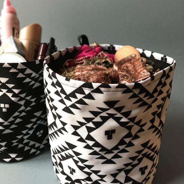 tekstilna korpica crno bela sa ornamentom