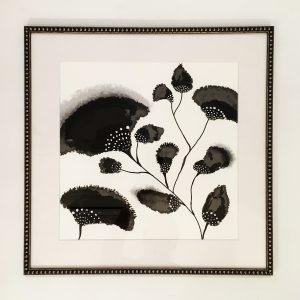 uramljeni poster sa crno belim cvetovima